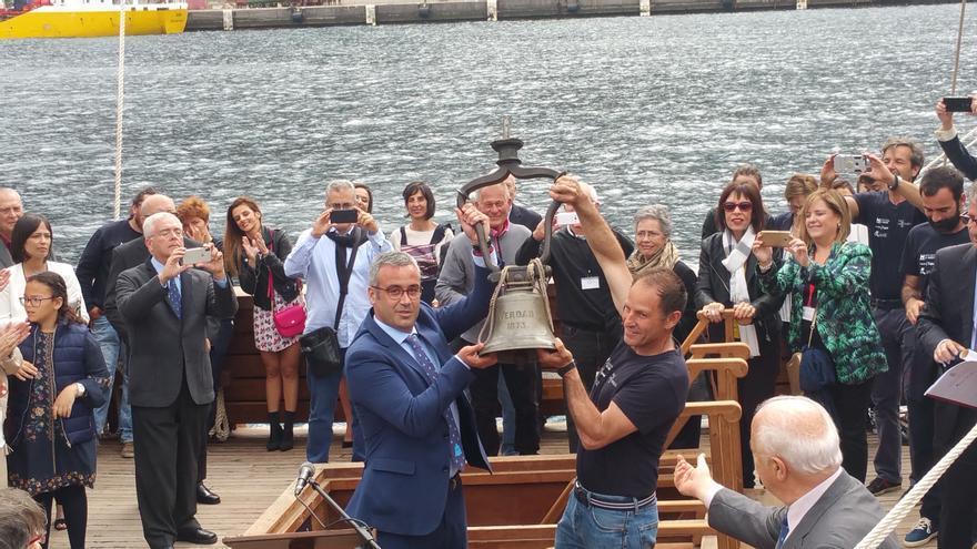 El alcalde de la capital recibió la campana de manos del capitán de la nao Santa María.