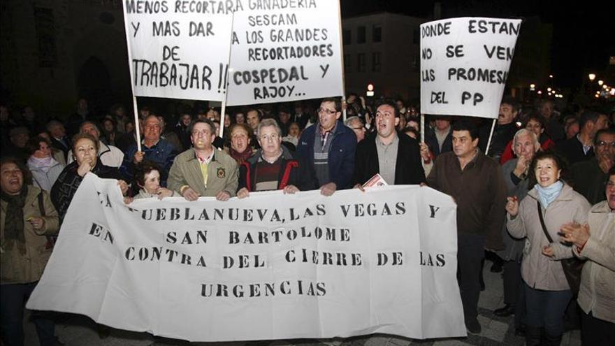 Concentración en la Plaza del Pan de Talavera de la Reina (Toledo) en contra del cierre del Punto de Atención Continuada de Pueblanueva. / Efe