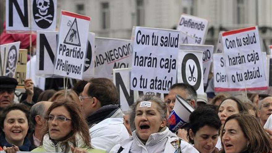 La 'marea blanca' vuelve a manifestarse en Madrid / EFE