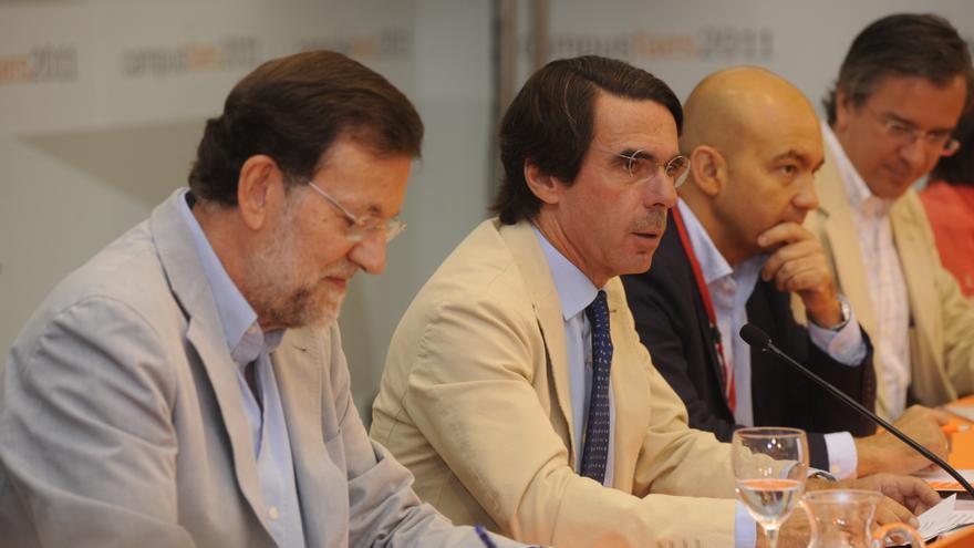 El presidente del Gobierno, Mariano Rajoy, el expresidente Aznar y el secretario de Estado de Comercio, Jaime García-Legaz, exsecretario general de FAES, en julio de 2011. / fundacionfaes.org