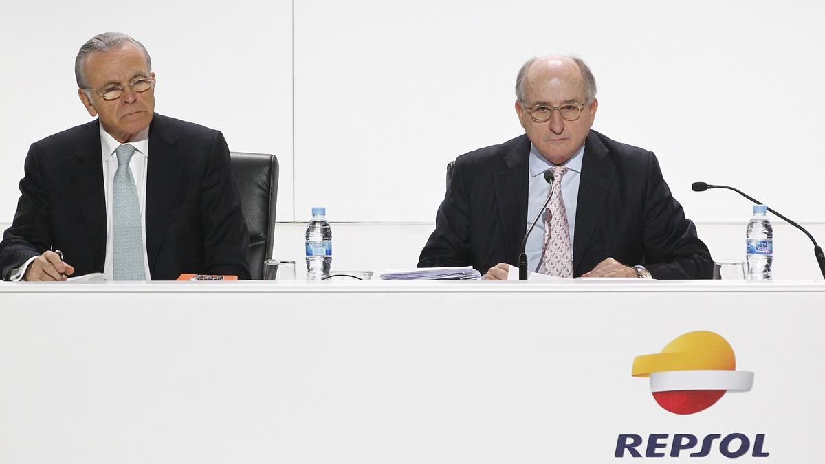 El expresidente de CaixaBank Isidro Fainé y el presidente de Repsol, Antonio Brufau, en una Junta General de Accionistas de Repsol en 2014