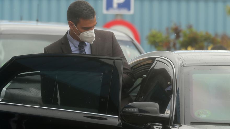 El presidente del Gobierno, Pedro Sánchez, se introduce en un vehículo tras una visita al Centro de Investigación Básica de la compañía farmacéutica Janssen Cilag, a 28 de abril de 2021, en Toledo, Castilla-La Mancha, (España)