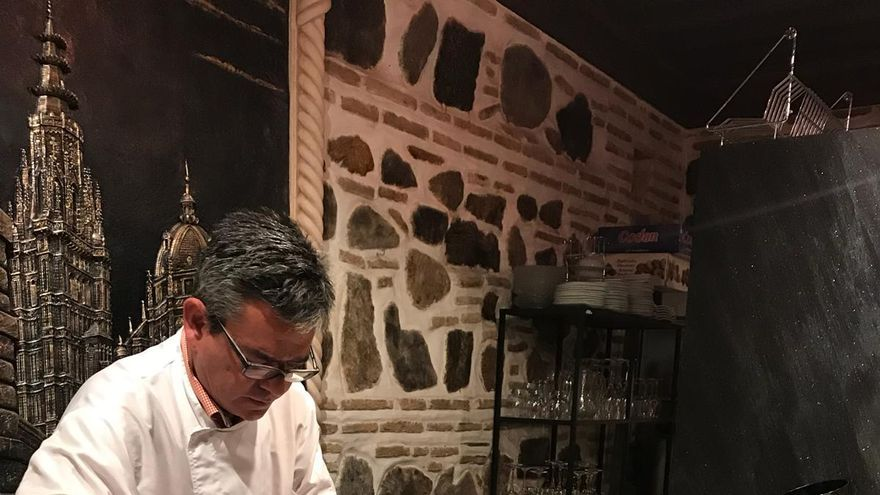 Víctor Sánchez Beato en la barra de 'Entre dos fuegos'