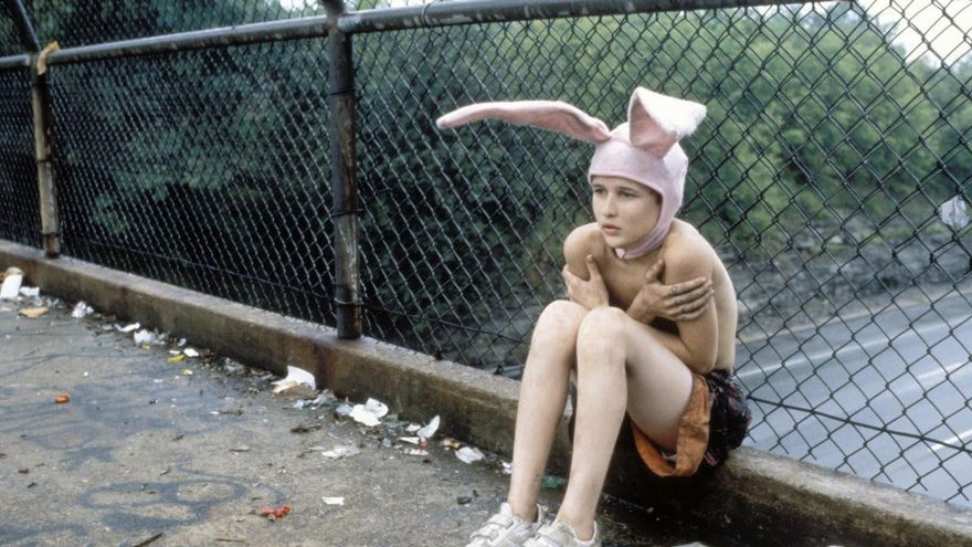 Portada de 'Este joven monstruo' y fotograma del film 'Gummo' de Harmony Korine