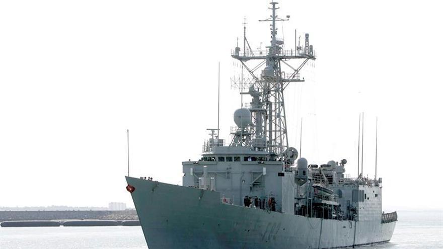 """La fragata """"Victoria"""" asiste a 229 inmigrantes frente a las costas de Libia"""