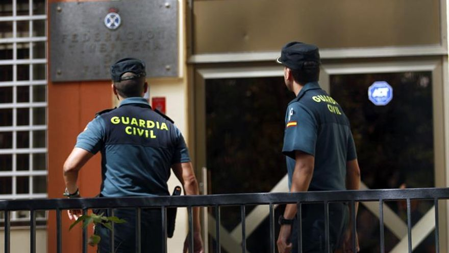 Agentes de la Guardia Civil en la sede de la Federación Tinerfeña de Fútbol