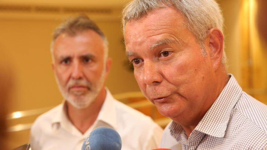Ángel Víctor Torres y Sebastián Franquis durante un receso en la celebración del Comité Insular Extraordinario para atender a los medios de comunicación en el hotel Reina Isabel de la capital grancaria.