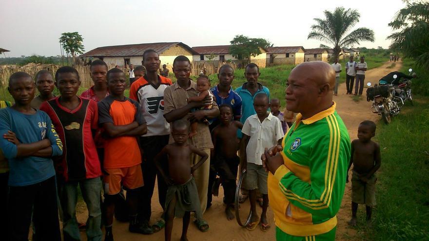 Miembros del poblado de Bambembe en la visita de Grain en marzo de 2013 a República Democrática del Congo./ Fuente: Grain.