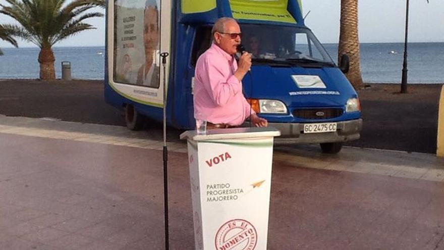 Domingo González Arroyo presentando el 'papamóvil' del PPMajo (CEDIDA)