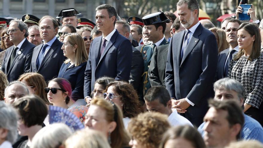 Los reyes, junto al presidente del Gobierno, Pedro Sánchez, la presidenta del Congreso, Ana Pastor, el presidente del Senado, Pío Escudero, y el president de la Generalitat, Quim Torra.