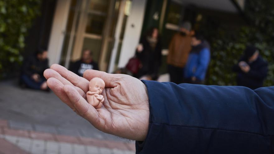 Un feto de juguete de los que muestran los ultracatólicos a las puertas de la clínica.