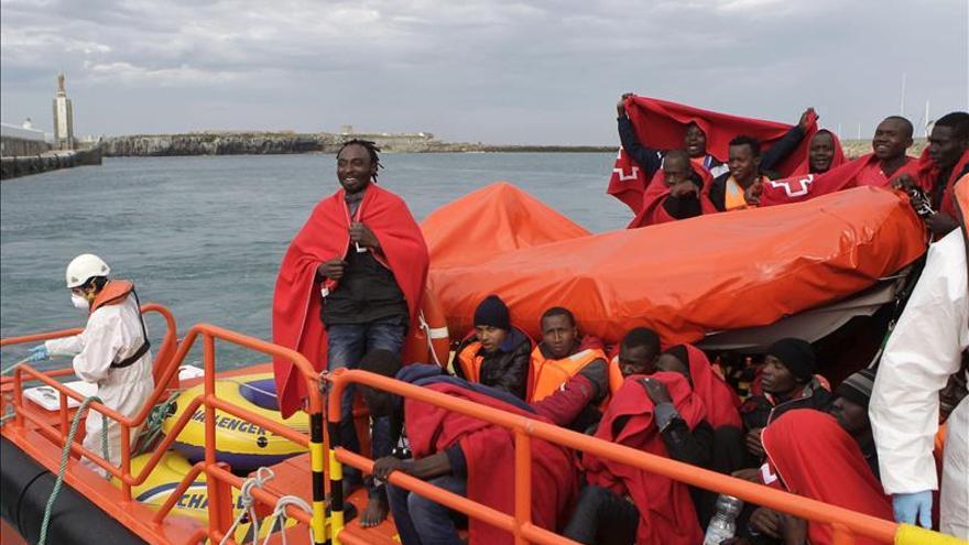 Llegan al Puerto de Tarifa (Cádiz) algunos de los 22 subsaharianos que Salvamento Marítimo ha rescatado esta mañana en aguas de El Estrecho./ EFE