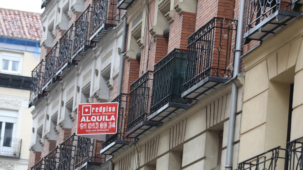 Una inmobiliaria anuncia un piso en alquiler