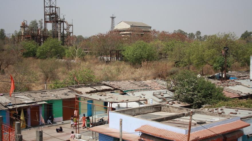 Colonia de Atal Ayub Nagar en Bhopal, India, establecida junto a la antigua fábrica de Union Carbide, abril de 2012.