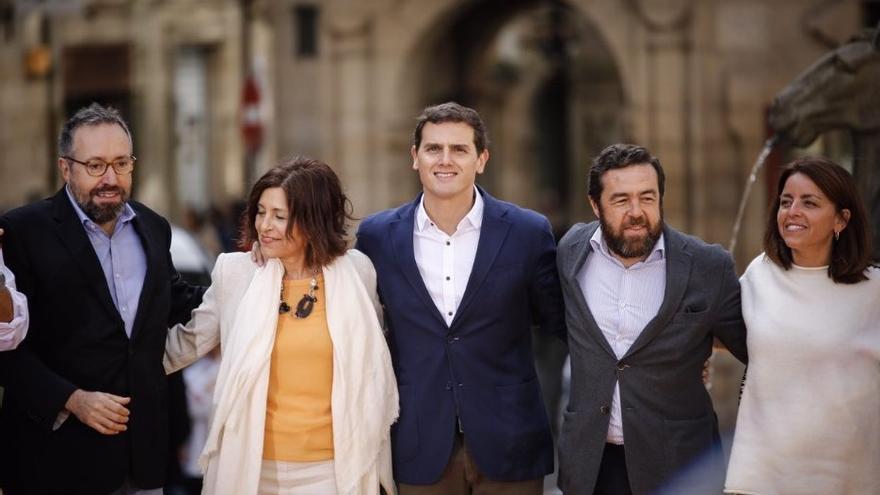 Albert Rivera, con Cristina Losada y Juan Carlos Girauta, en el acto de hoy en Santiago de Compostela. Foto: Ciudadanos