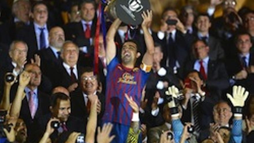 Xavi levanta la Copa del Rey lograda por los culés en 2012.
