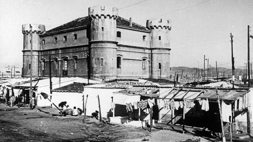 Las barracas, al pie del Castillo de las Cuatro Torres en los años sesenta. / Foto: Arxiu Històric de Poblenou