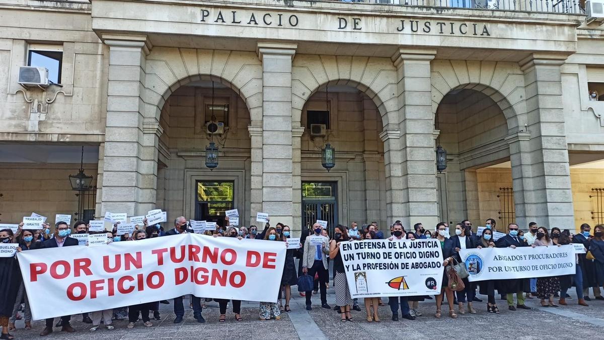 Protesta de los abogados de oficio en la Audiencia de Sevilla.