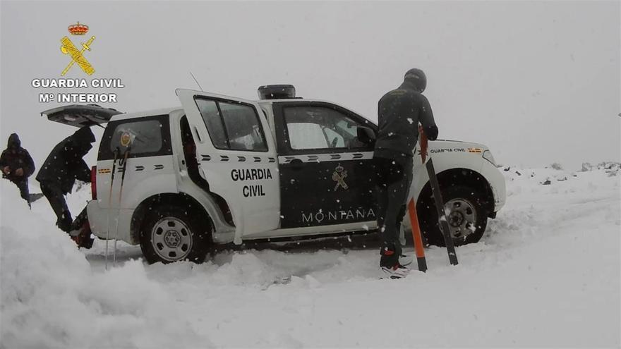 Agentes de la Guardia Civil prestando servicio en el Teide