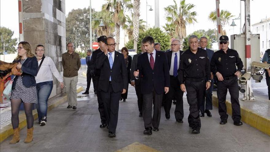 Cosidó condena las agresiones a agentes en la frontera y aboga por la prevención