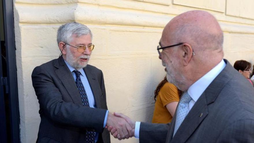 El delegado del Gobierno, Jesús Loza, saluda al director del Memorial de Víctimas del Terrorismo, Florencio Domínguez