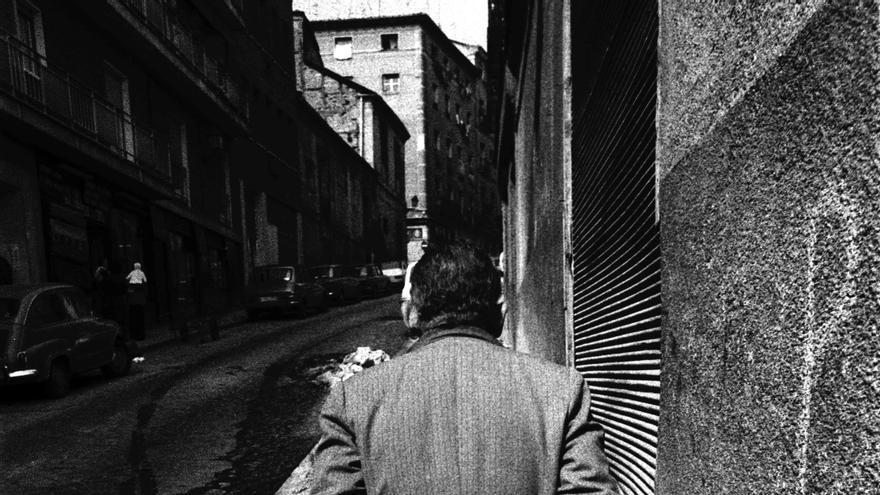 """Vecino subiendo por la calle Carlos Arniches en 1982. Instantánea utilizada para la portada del libro """"De Lavapiés a la Cabeza"""""""