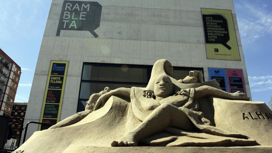Rambleta culmina su quinto aniversario con una escultura de 15 toneladas de arena.