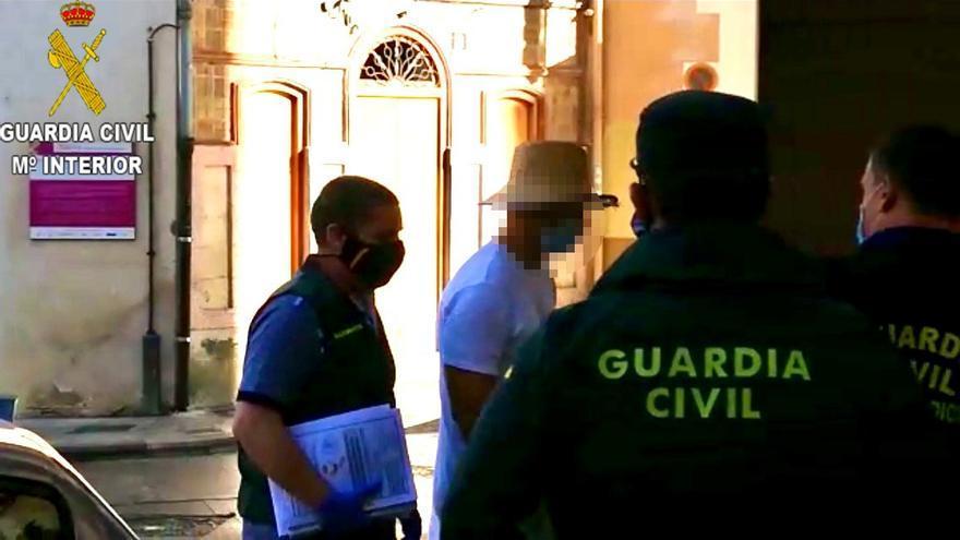 Nacho Vidal, a la entrada de los juzgados de Xàtiva, acompañado de la Guardia Civil