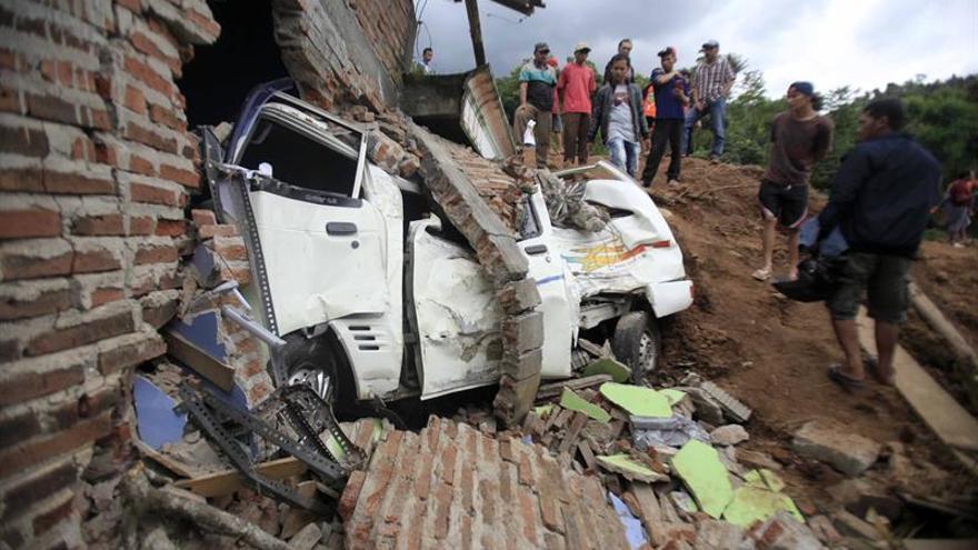 Dos muertos y 26 desaparecidos tras un corrimiento de tierra en Indonesia