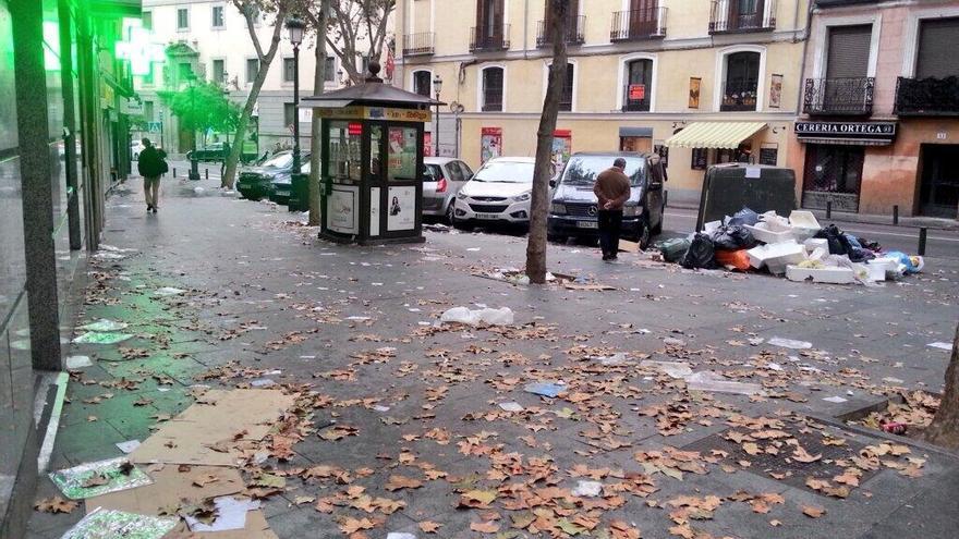 El aspecto de la calle Toledo en el tercer día de huelga de operarios de limpieza. \ @fanetin