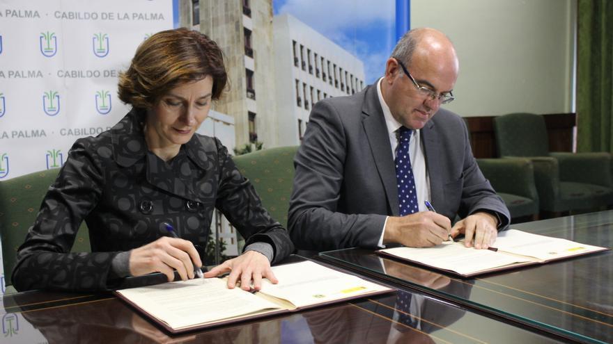 Un momento de la firma rubricada este jueves en el Cabildo.