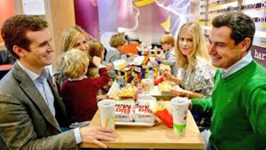 Pablo Casado y Juanma Moreno comiendo con sus respectivas familias en un establecimiento de comida rápida