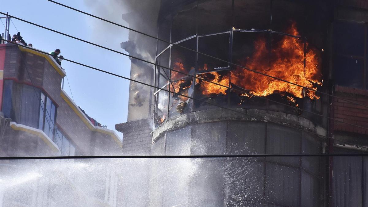 El conflicto entre los cocaleros, que desde el miércoles pasado están apostados en la zona de Villa Fátima en la ciudad de La Paz, y la policía se prolongó hasta la noche de este lunes.