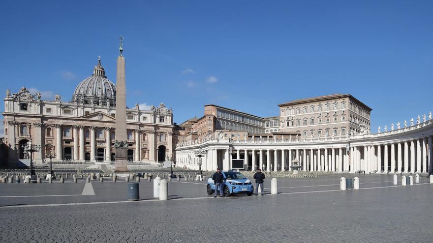La plaza de San Pedro en el Vaticano cerrada al público por la epidemia de coronavirus en Italia