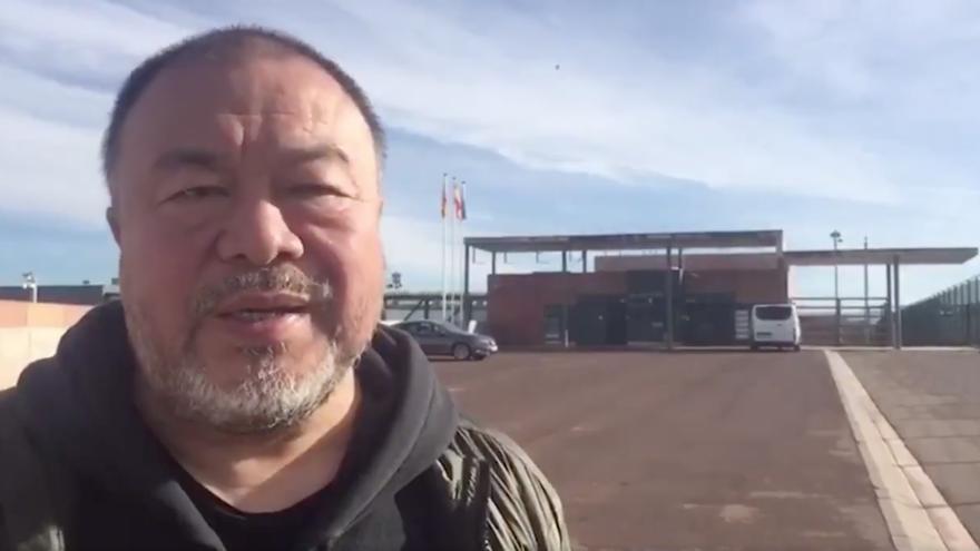 El artista Ai Weiwei a las puertas de la prisión de Lledoners