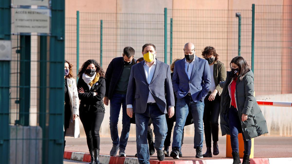 "El presidente de ERC, Oriol Junqueras, junto a otros seis presos del ""procés"" que cumplen condena en la cárcel barcelonesa de Lledoners."