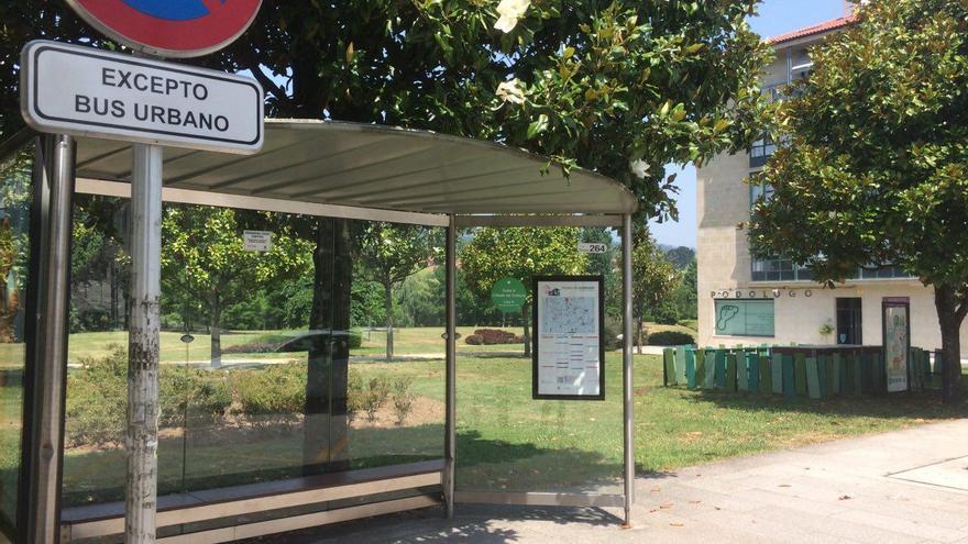 Un parada de autobús urbano de Santiago sin servicios ni usuarios en esta huelga de conductores