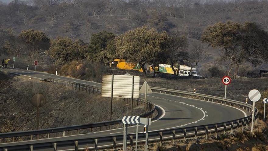 Ascienden a 400 las personas desalojadas por un incendio en La Granada (Huelva)