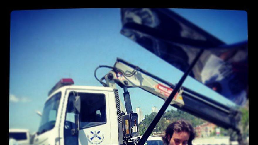 El pianista de Gezi, en el momento de recuperar su piano (abigaleist en Instagram)
