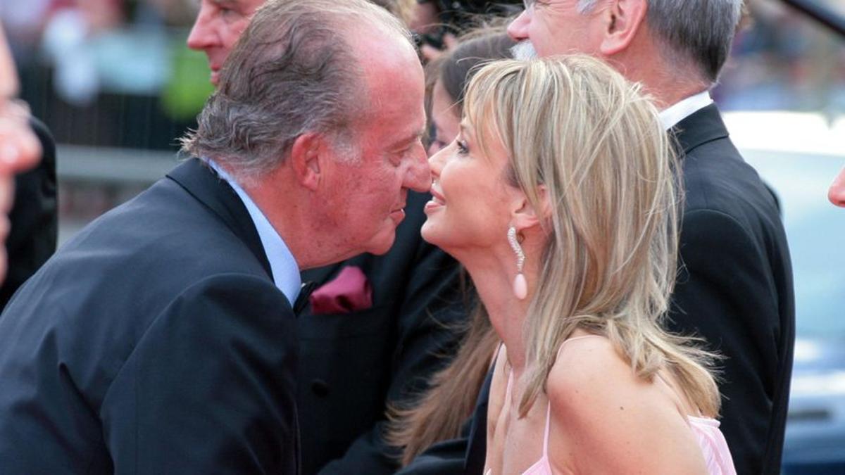 El rey saluda a Corinna Larsen durante un acto en 2006.