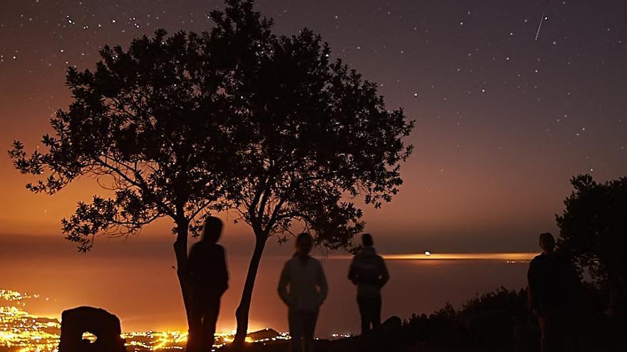 Llano de la Venta. La Luna empieza a salir en el horizonte a las 00:08. La Luz naranja de abajo son las Breñas y Santa Cruz de La Palma. Foto:JOSÉ F. AROZENA.