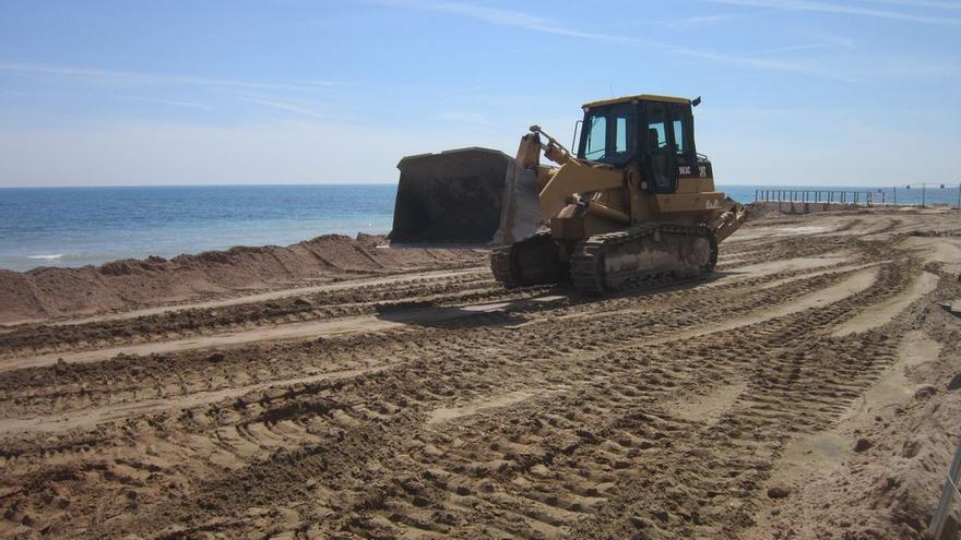 Trabajos de vertido de arena del Plan Litoral 2015 en Oropesa el Mar (Castellón)