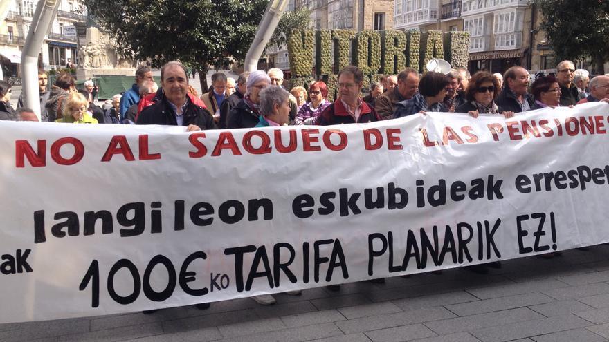 Medio centenar de integrantes de Arabako Pentsionistak Lanean en una concentración en en el centro de Vitoria.
