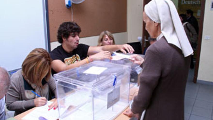 Una monja vota en un colegio electoral de Tenerife, este domingo. ((ACFI PRESS)