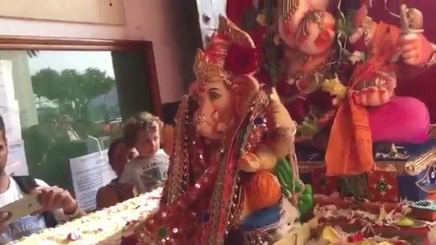 Momento en el que la imagen de Ganesh entra en el Santuario de la Virgen de África