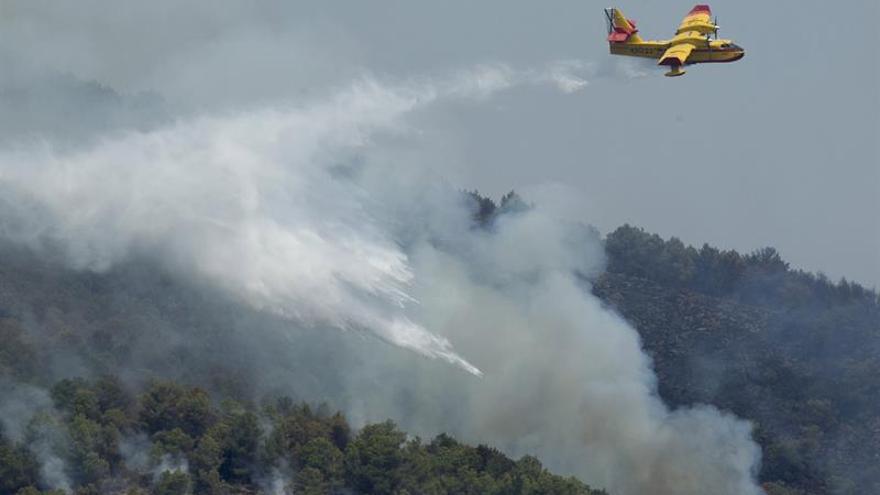 Medios aéreos se suman por segundo día a la extinción del incendio de Artana