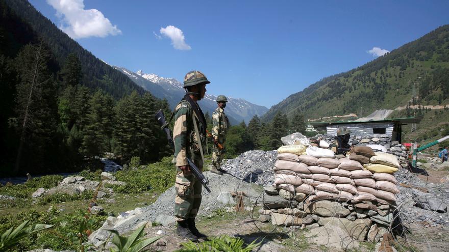 Soldados paramilitares indios hacen guardia en el puesto de control a lo largo de una carretera que conduce a Ladakh próxima a la frontera con China en el Himalaya