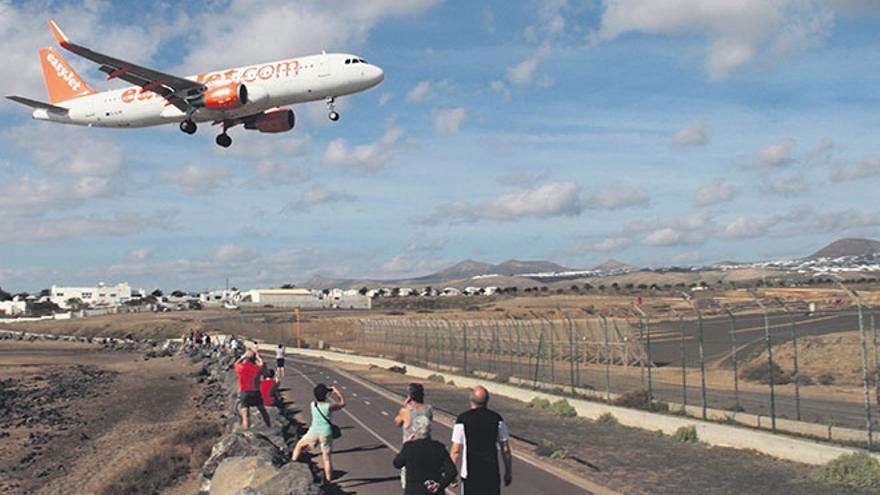 Un avión de Easyjet aterriza en el aeropuerto de Guacimeta en Lanzarote | De la Cruz.
