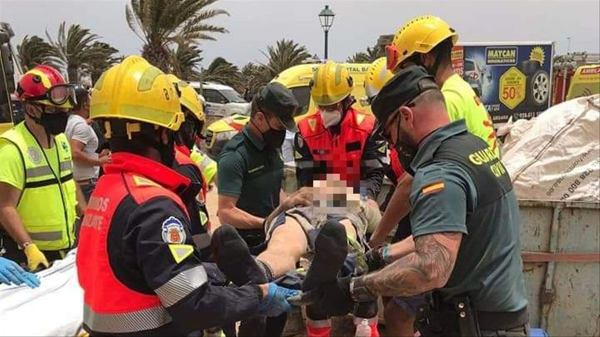 Servicios de emergencias, atendiendo a uno de los trabajadores heridos en Lanzarote