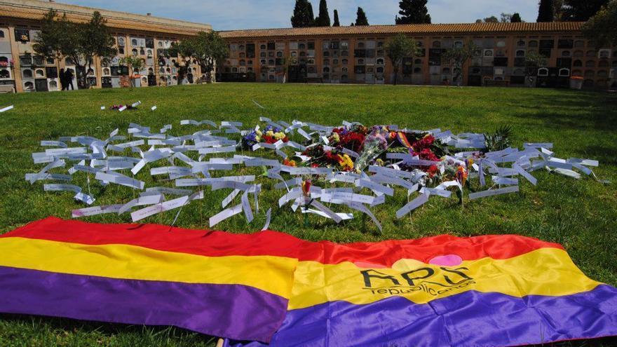 Imagen de uno de los actos de homenaje de los familiares de los represaliados en el cementerio